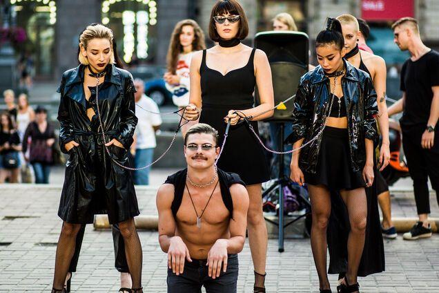 Латекс и цепи: украинская группа устроила дерзкое БДСМ-шоу в центре Киева