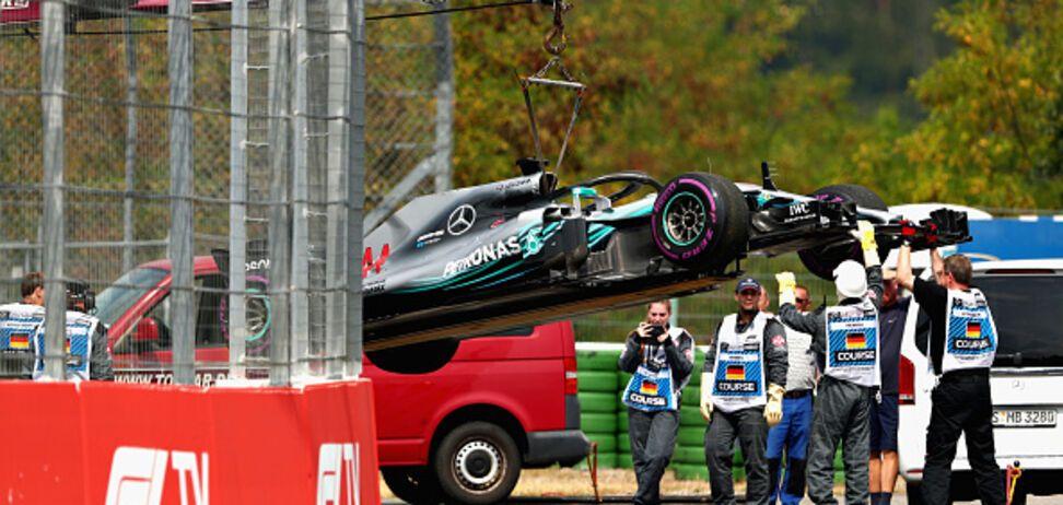 Чемпион Формулы-1 остановил болид и попытался оттолкать его в боксы