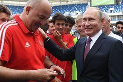 Черчесова высмеяли в сети за 'рабский' поступок на встрече с Путиным