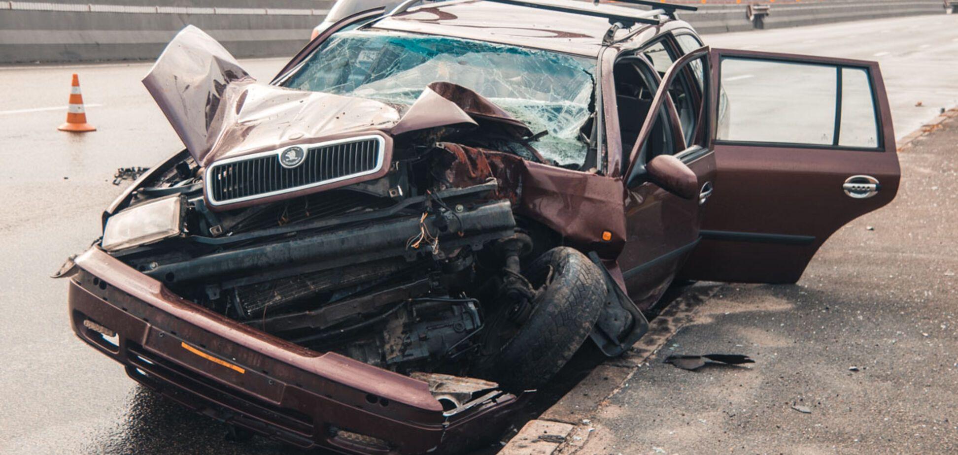 Вывернуло наизнанку: в Киеве авто на еврономерах попало в нелепое ДТП