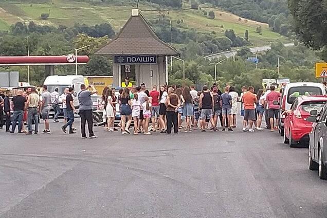 Люди перекрыли дорогу на Закарпатье