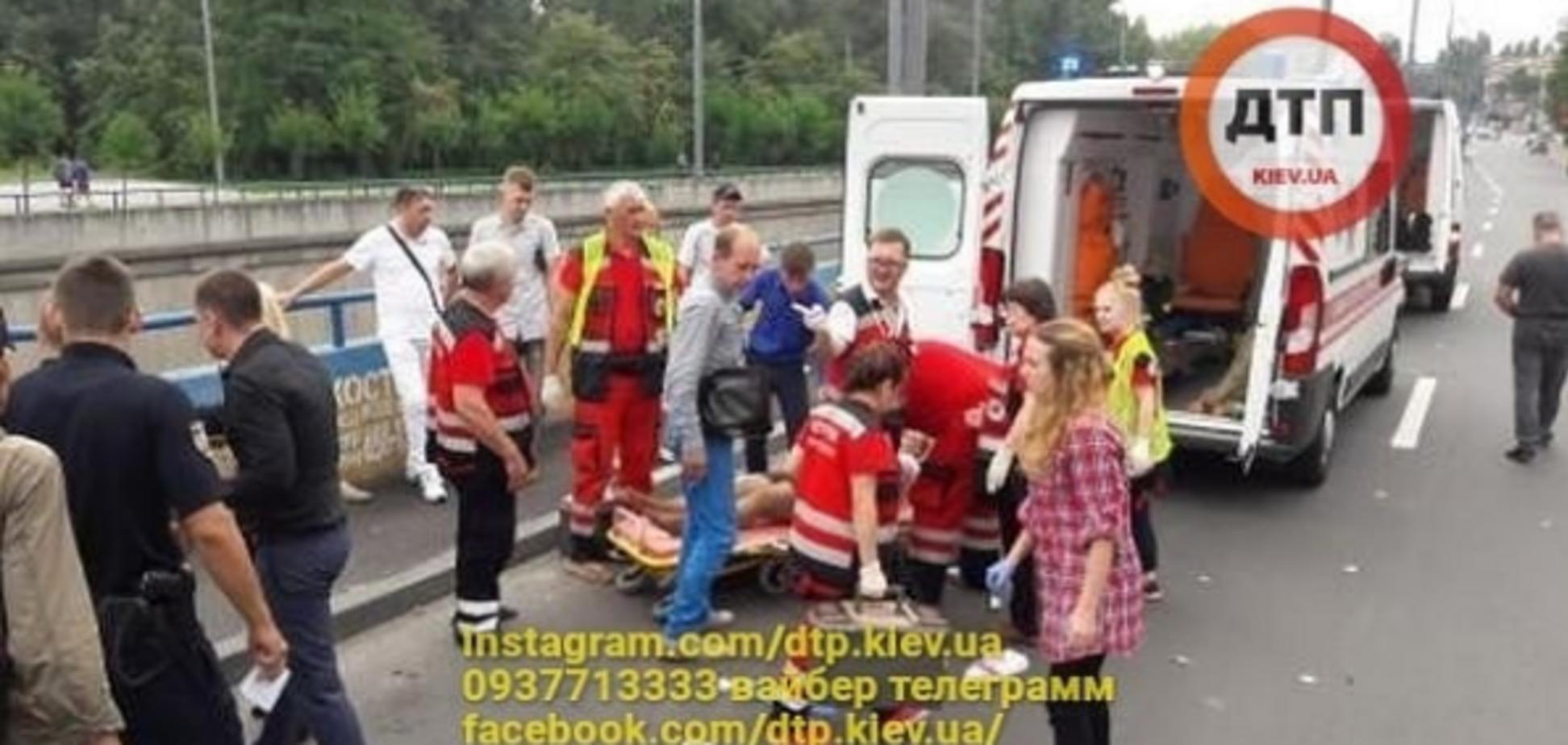В Киеве авто влетело в людей на тротуаре: появились первые фото и видео с места смертельного ДТП