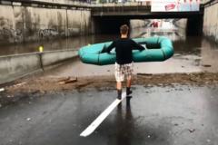 'Лівий берег не пропонувати': киян розсмішило відео з човнярем після потопу