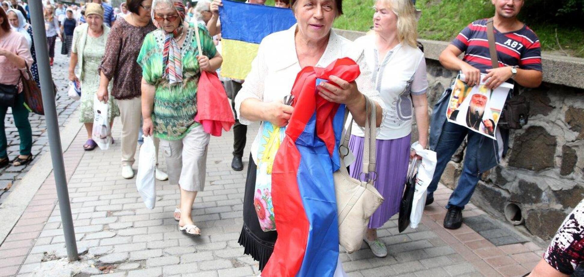 На Крестном ходе в Киеве развернули флаг России: фотофакт