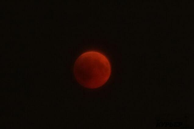 5e39b799f02 В Одессе сквозь просветы в облаках можно было наблюдать самое  продолжительное за последнее столетие затмение Луны. Полная фаза затмения  длилась 103 минуты и ...