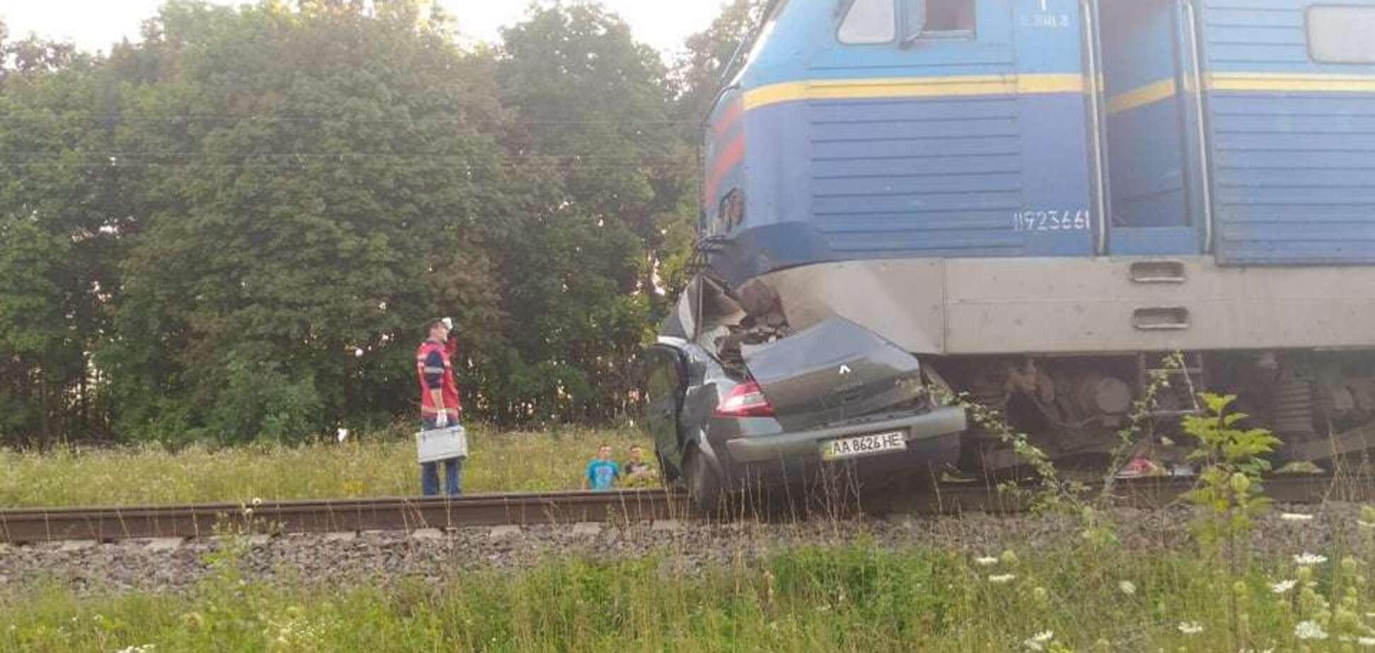 Під Києвом пасажирський потяг розчавив авто: фото смертельної трагедії