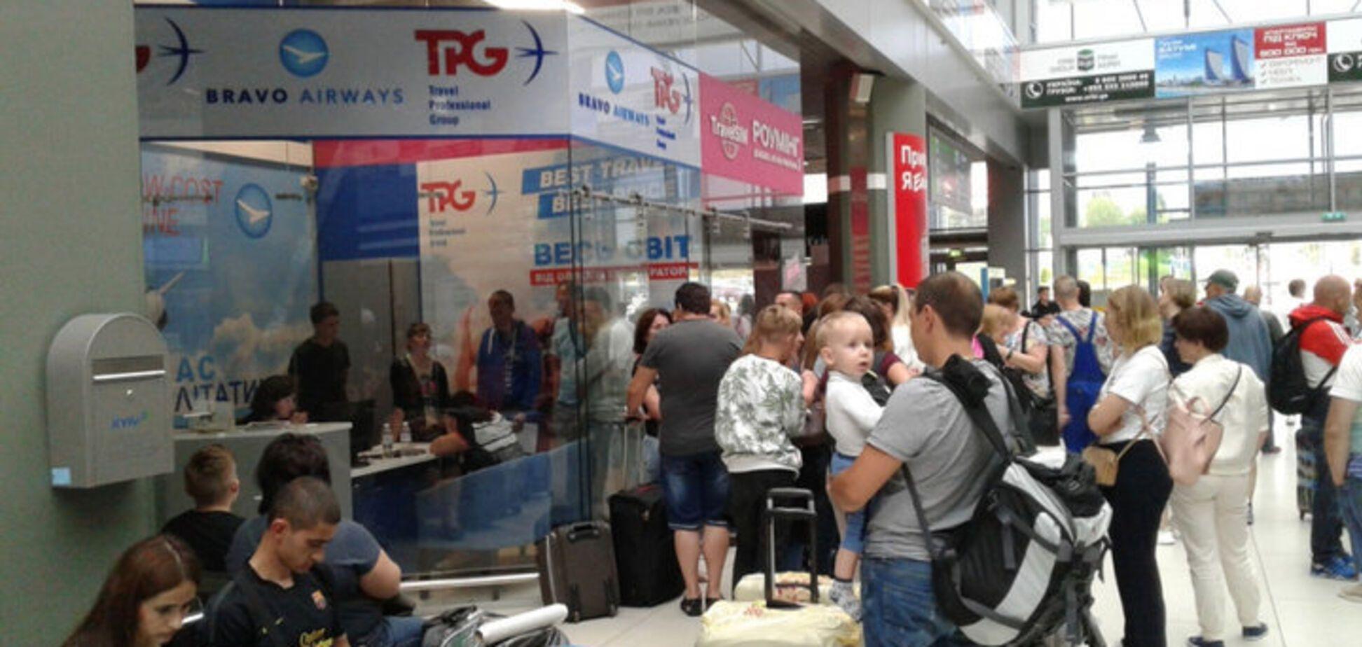 Сотни украинцев застряли в аэропортах: туроператор сказал, как это компенсирует