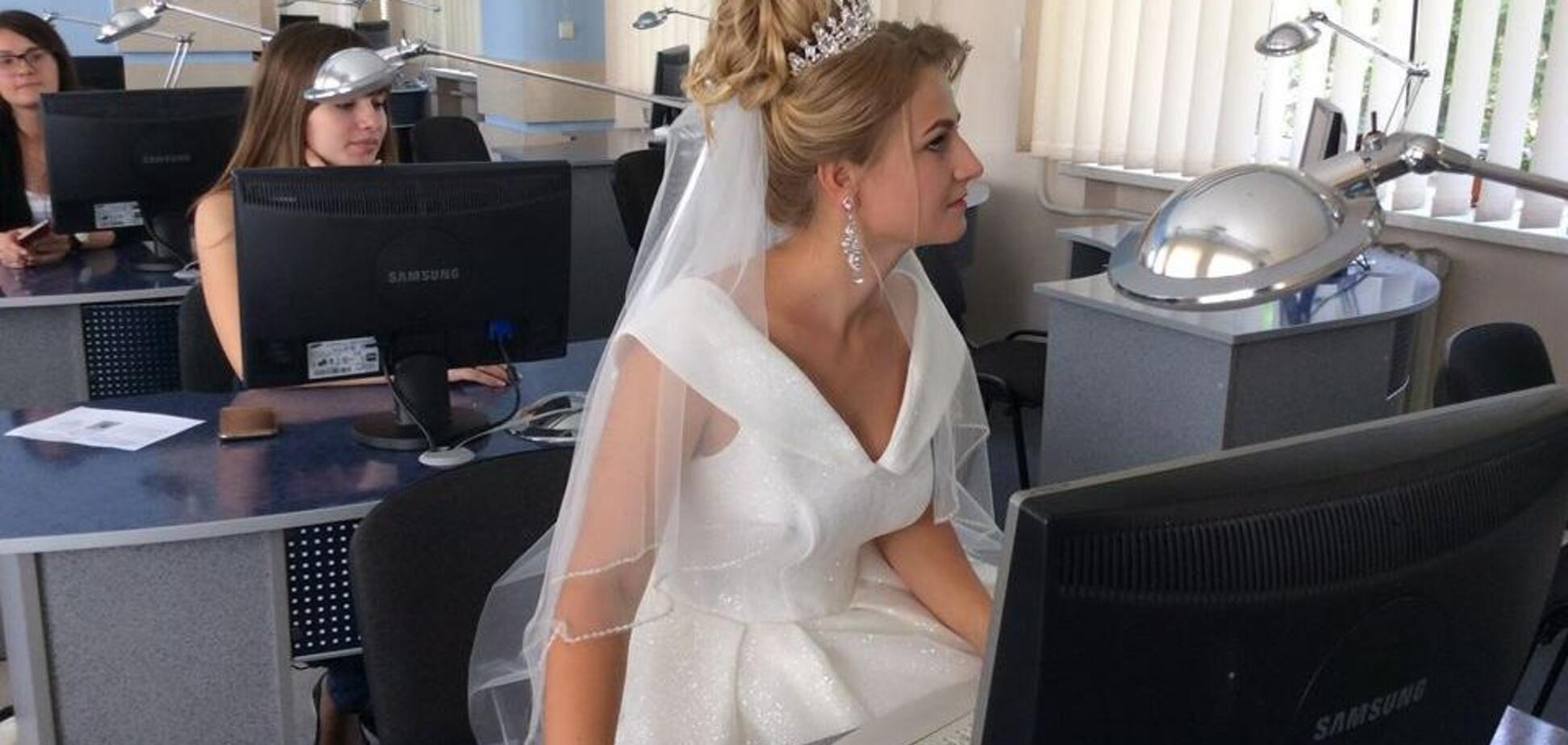 На навчання, як на свято: у Тернополі дівчина здивувала вбранням на іспиті