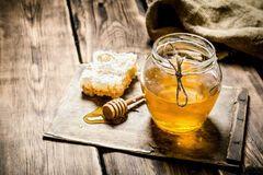 Аллергия на мед: как проявляется?