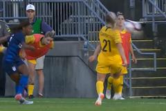 Жахливий епізод трапився в матчі жіночих футбольних збірних: відео моменту
