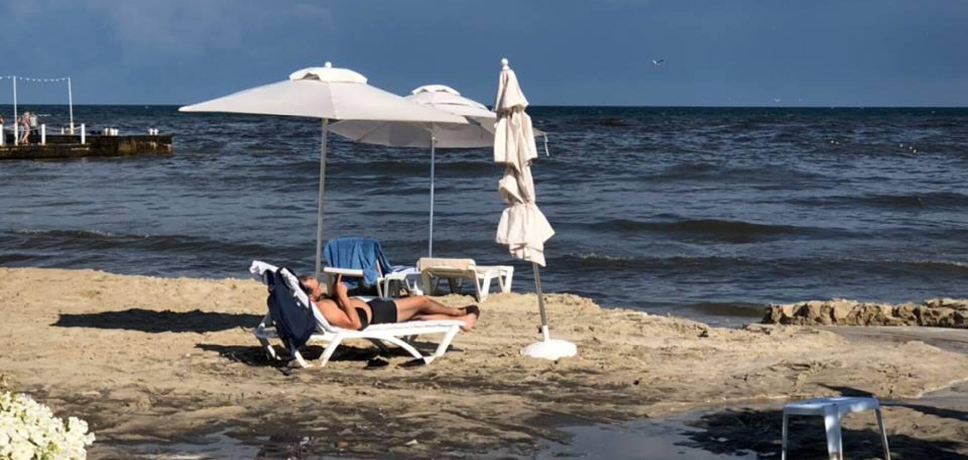 На пляже в Одессе забил огромный гейзер из грязи: видео