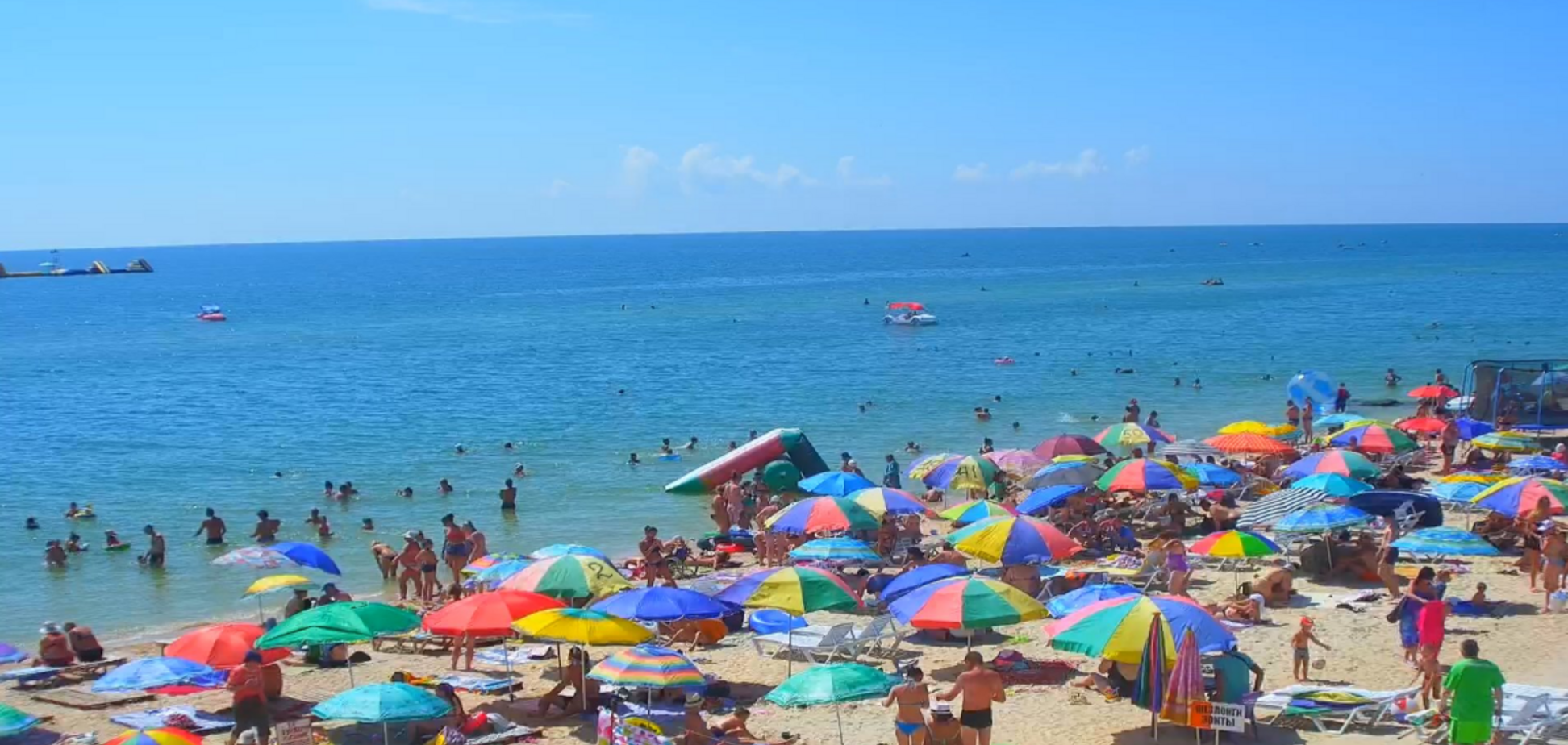 'Відпочивають по-багатому': в мережі порівняли пляжі в Криму і на Херсонщині