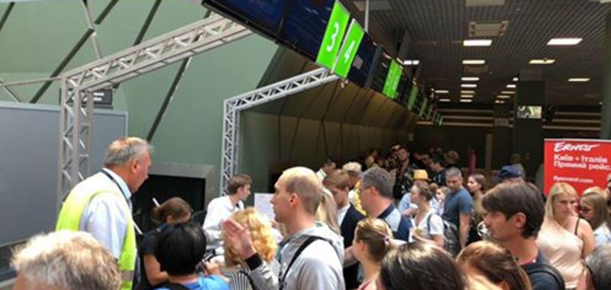 'Женщина получила удар': украинские туристы рассказали, что творится в аэропорту Киева