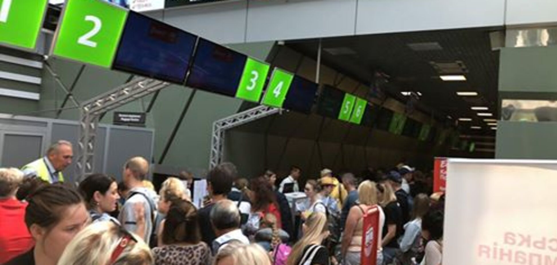 'Спали на полу!' В киевском аэропорту произошел новый коллапс с туристами
