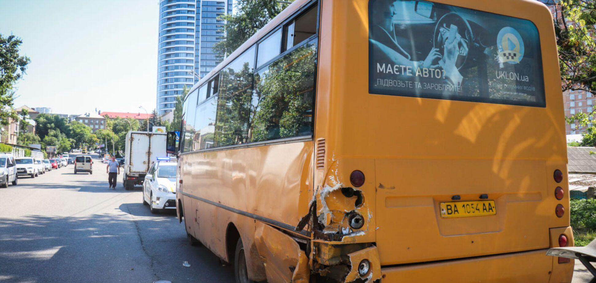 В Киеве авто влетело в маршрутку с пассажирами: есть пострадавшие