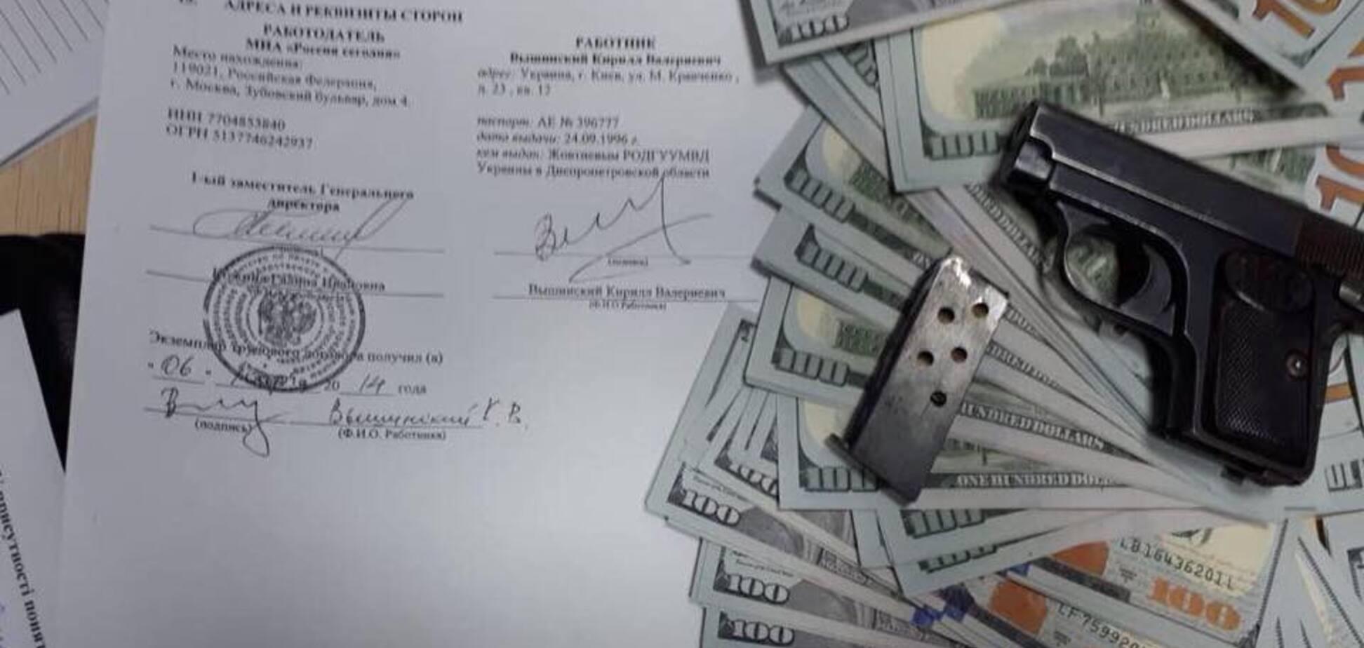 Справа Вишинського: у кремлівського пропагандиста виявили пістолет і купу доларів
