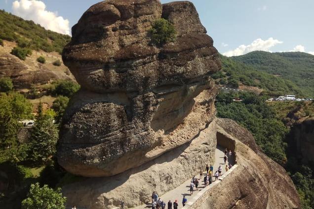Висят в воздухе: журналистка показала невероятные скалы Греции