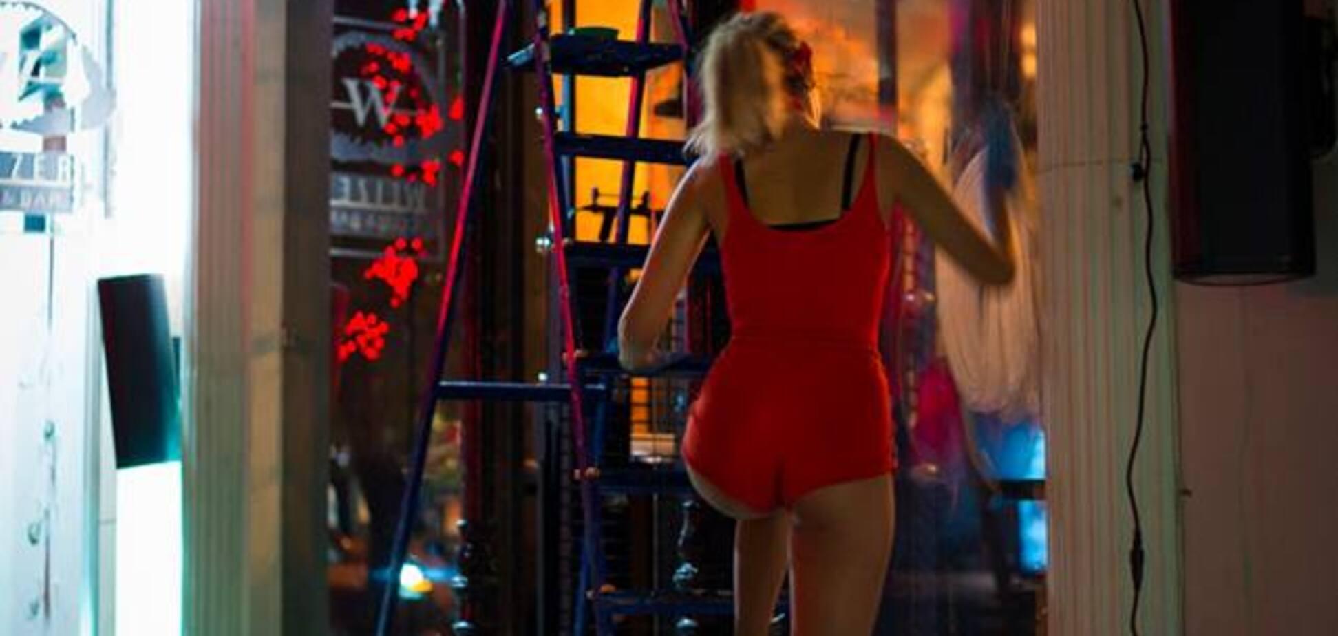 'Шикарный вид': в Одессе девушка мыла окна в пикантном наряде