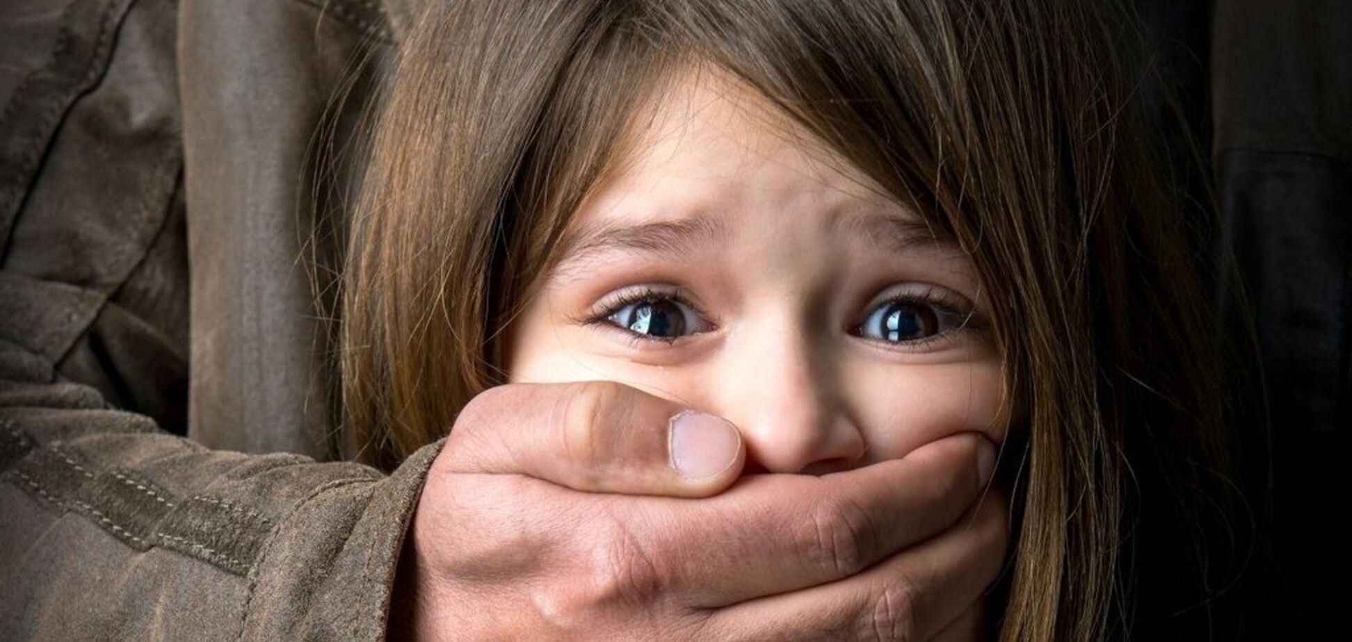 Посреди поля: под Киевом педофил неестественным способом изнасиловал ребенка