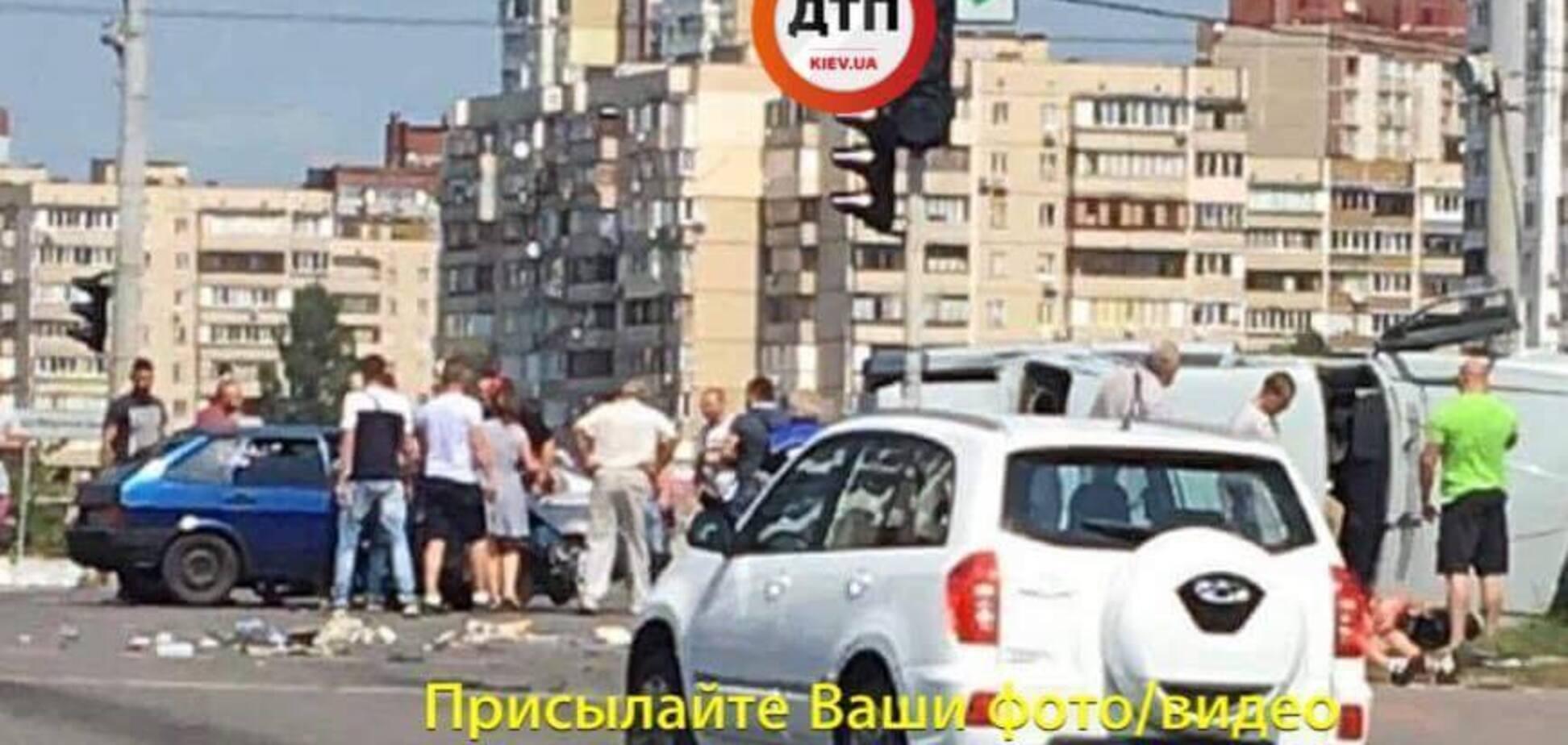 У Києві авто влетіло у натовп пішоходів: з'явилися фото і відео