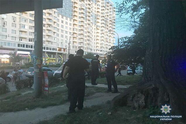 6e3ffd0a8ef7 В сети появилось видео вооруженного ограбления киевского ювелирного магазина,  в ходе которого погиб его охранник (чтобы посмотреть, доскрольте до конца  ...