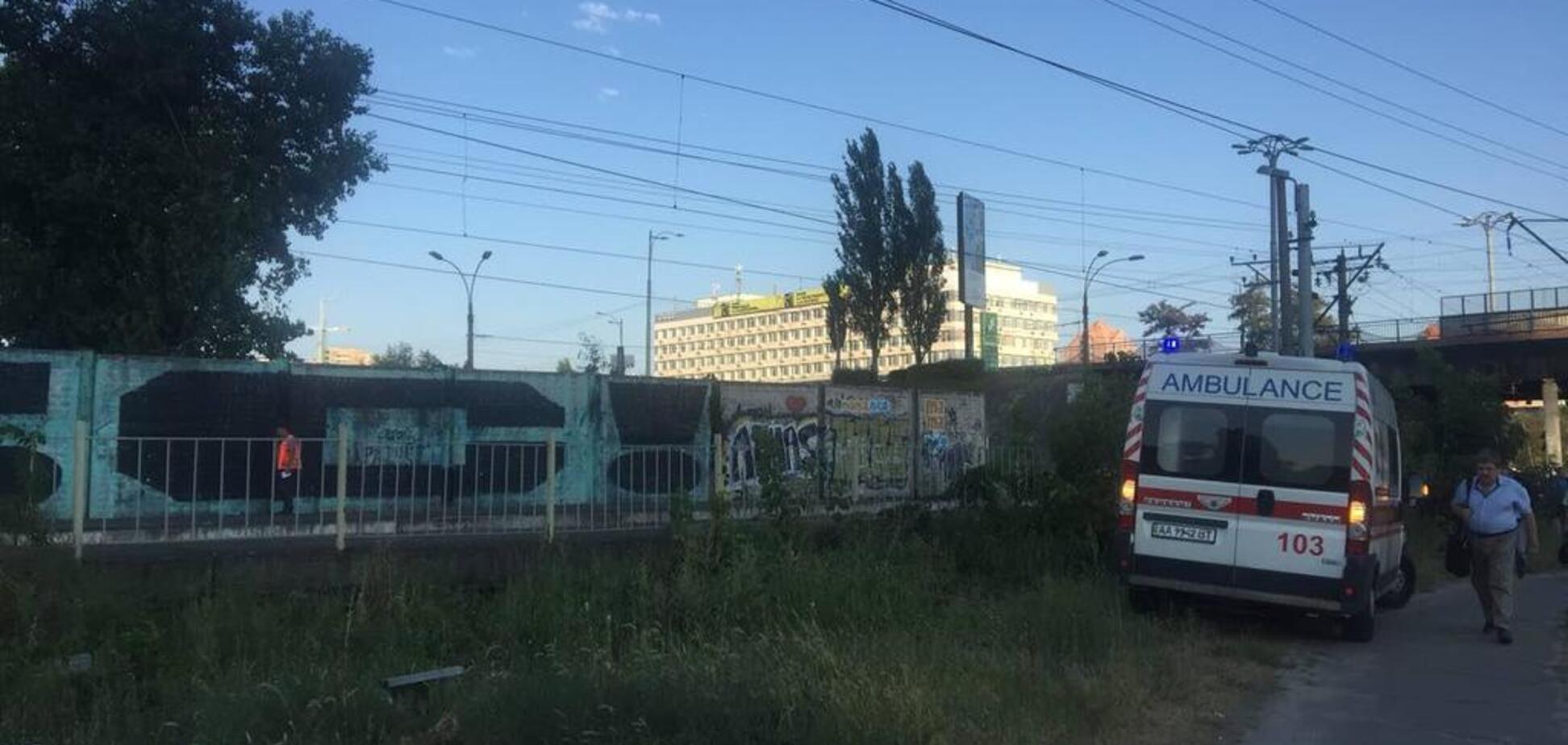 У Києві дівчина стрибнула під потяг: фото з місця трагедії