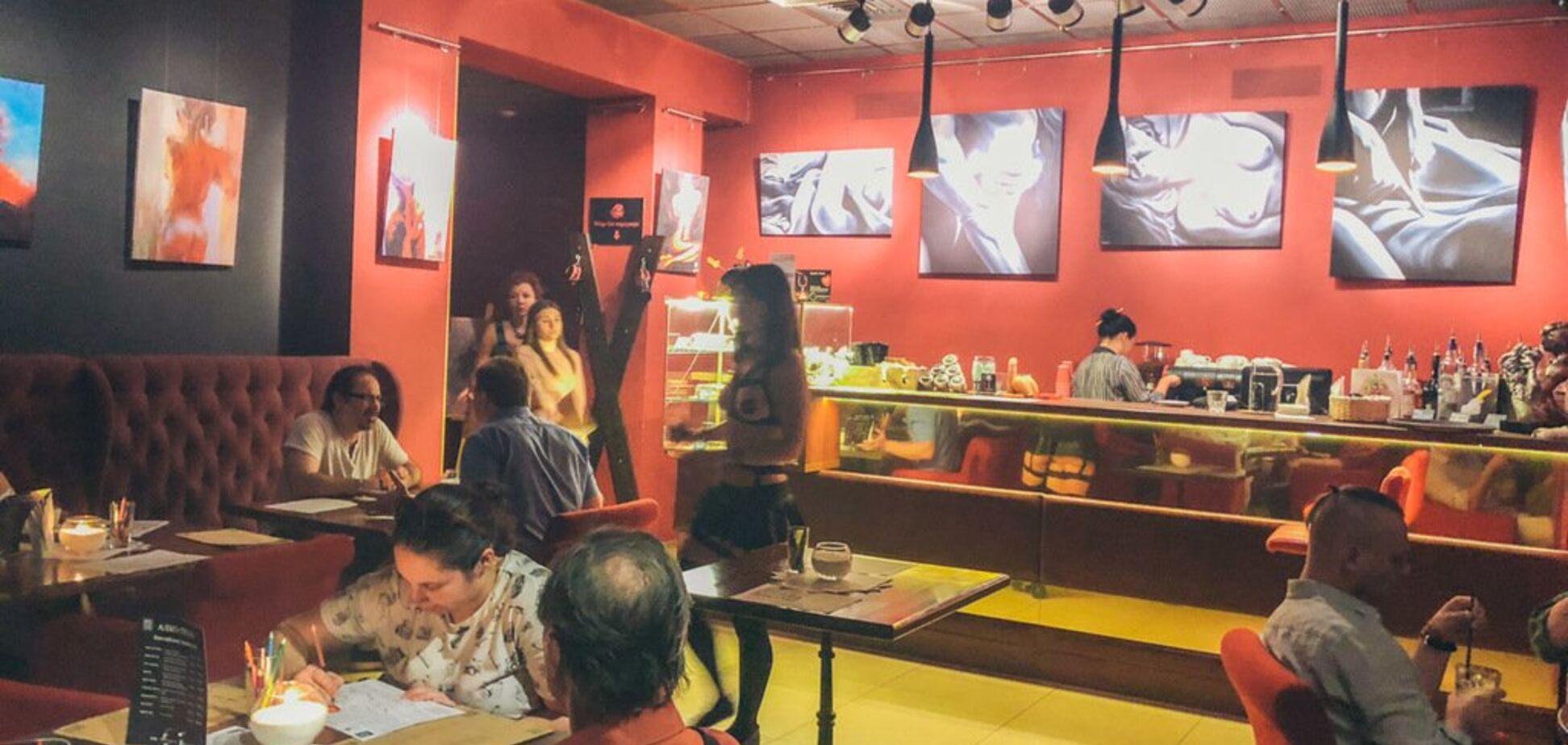 В Киеве есть кафе с полуголыми официантками: пикантное видео