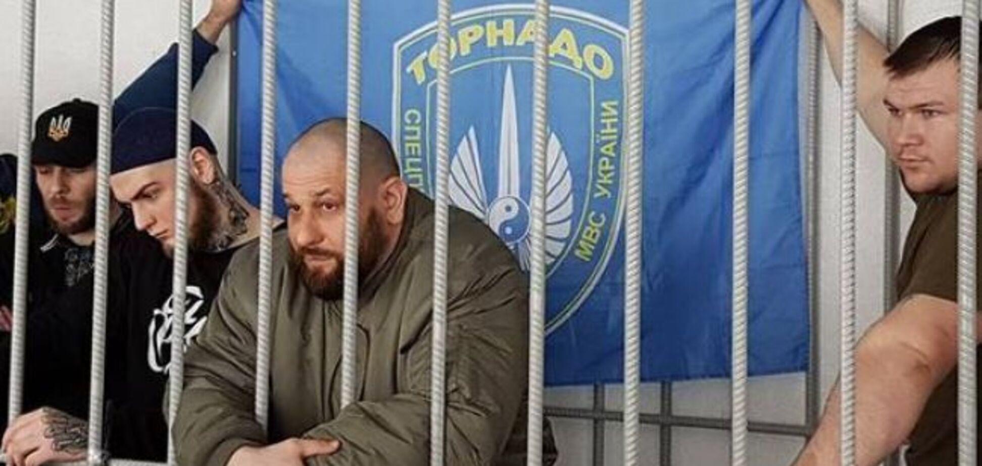 Флаг со свастикой и оружие: раскрыта тайна опасной находки в камере 'торнадовцев'