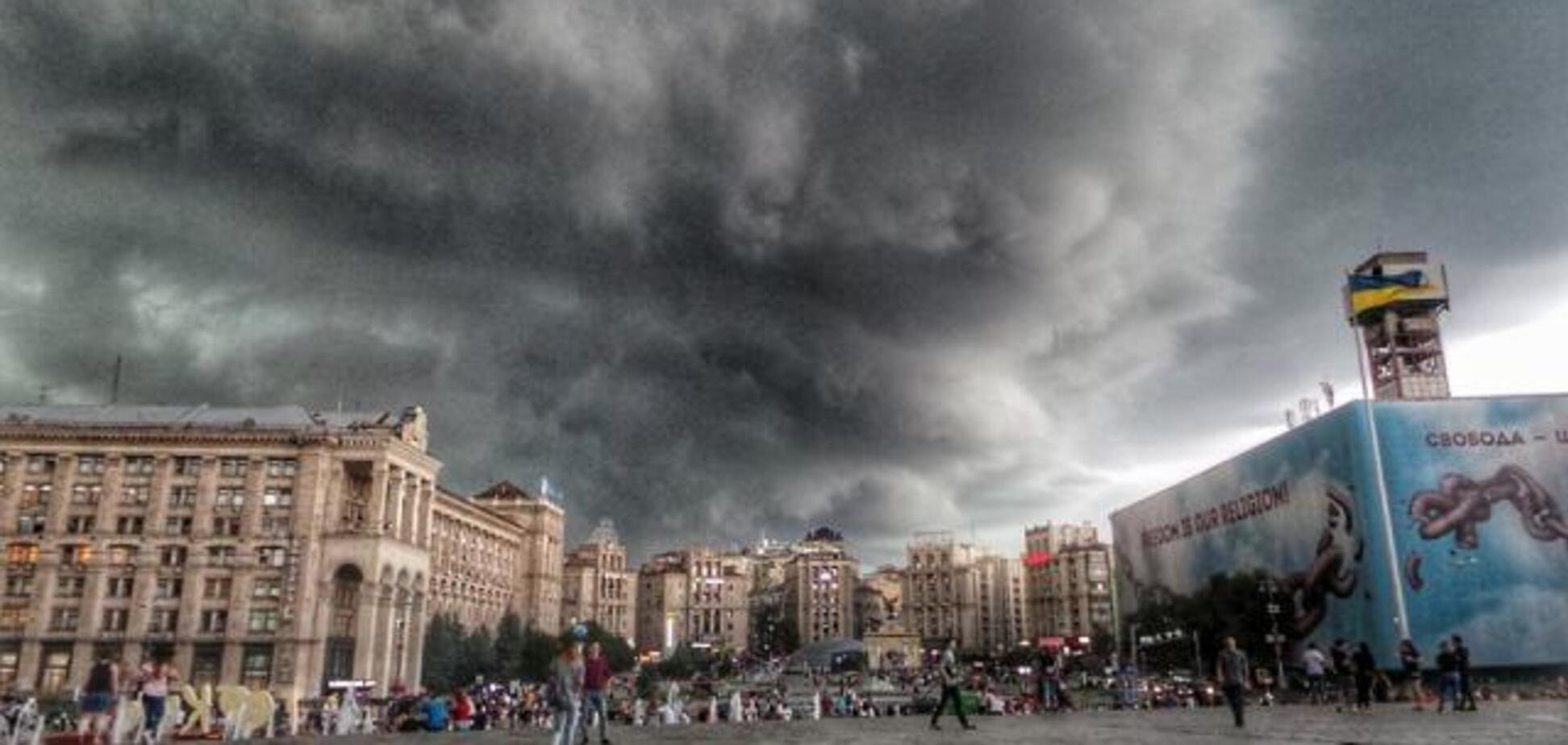'Это армагеддон': в сети отреагировали на ночную бурю в Киеве