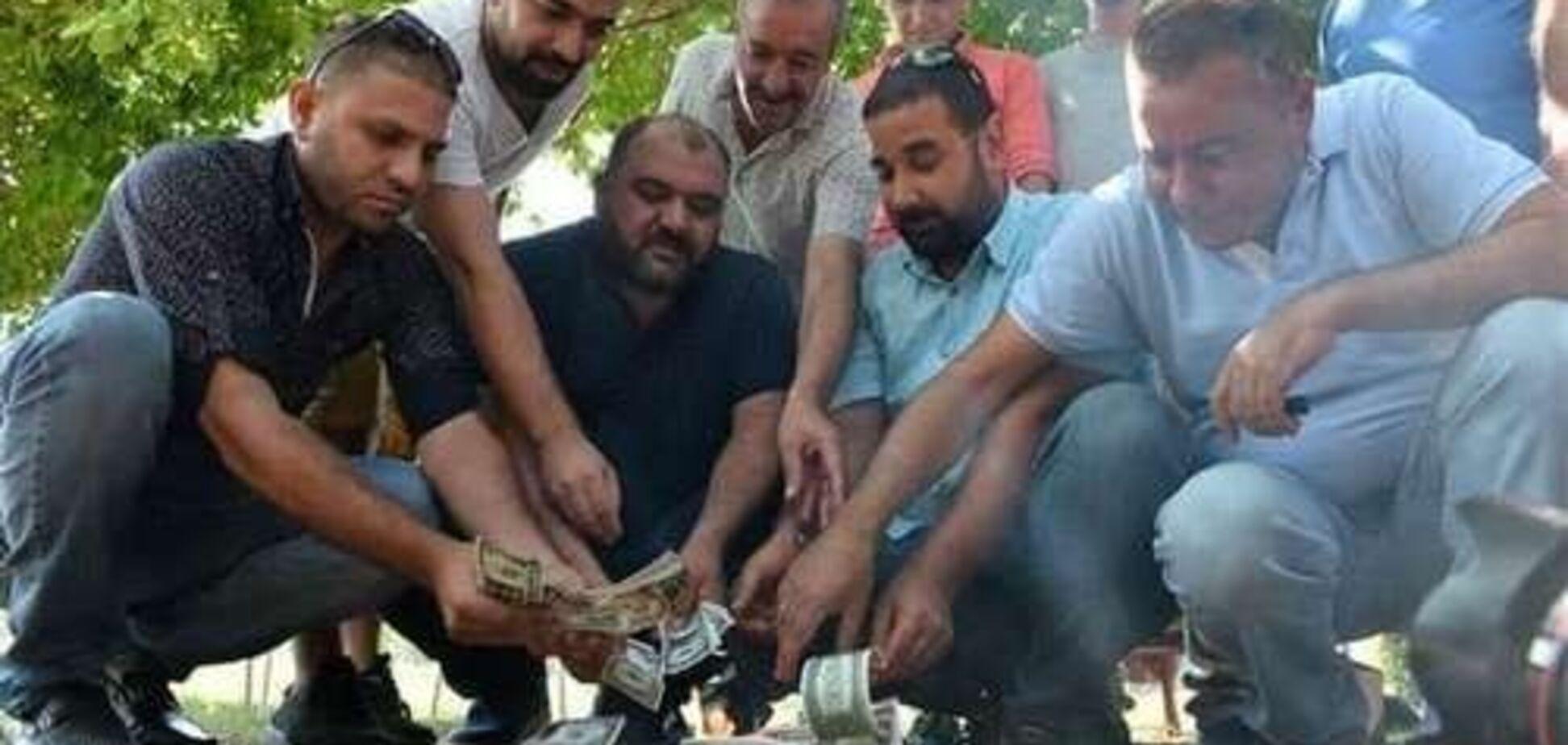 Зачем турки жгут доллары и разбивают айфоны