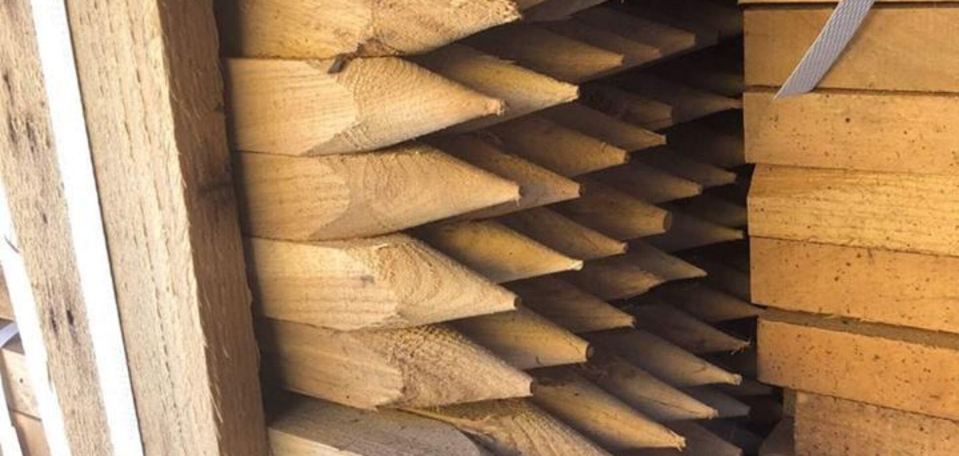 Контрабанда леса: украинские таможенники задержали партию редкой древесины