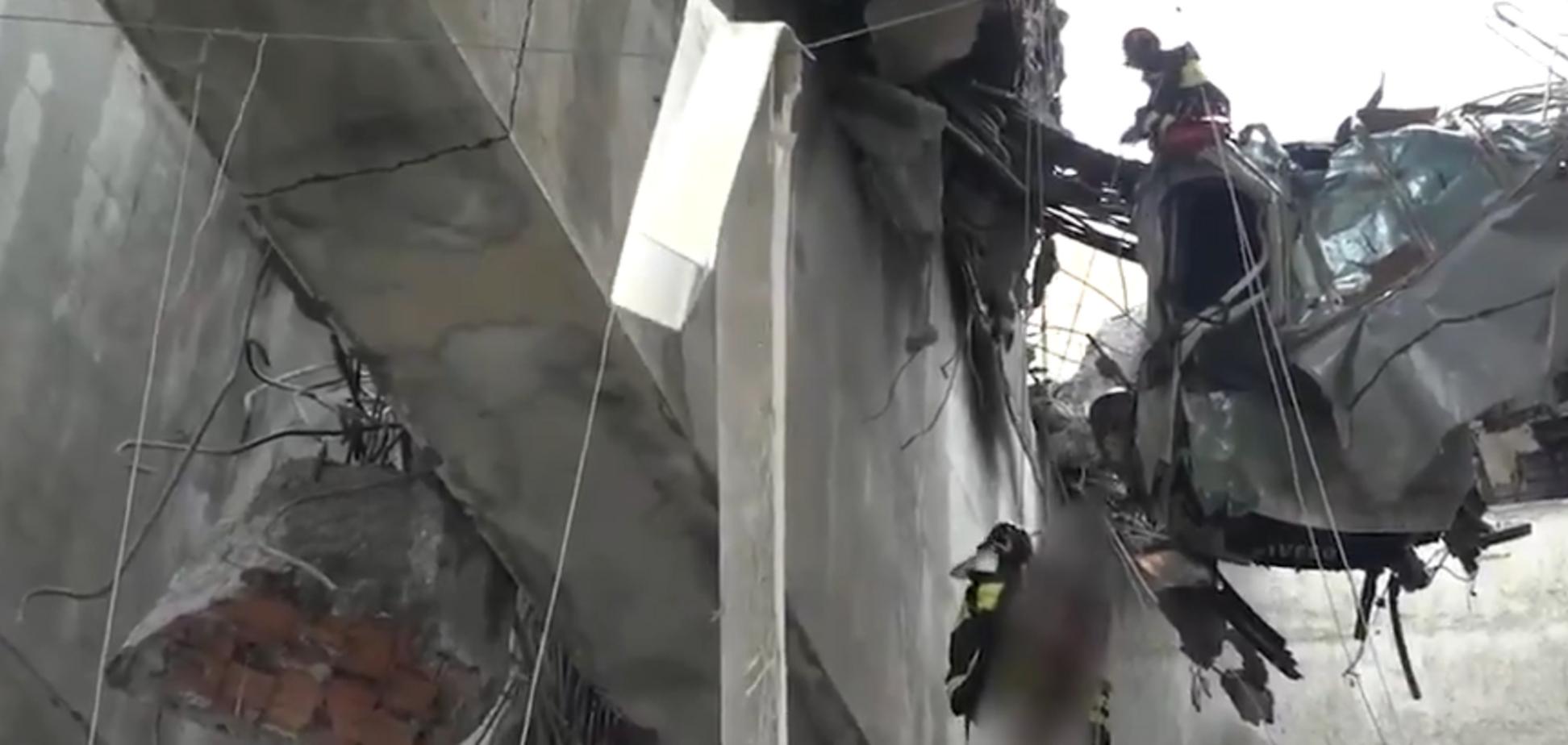 Висів у розтрощеній машині: з'явилися моторошні кадри порятунку людини під мостом у Генуї