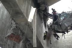 Висел в смятой машине: появились жуткие кадры спасения человека под мостом в Генуе