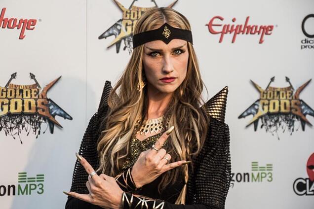 Одна из самых красивых женщин в мире рок-музыки покончила с собой