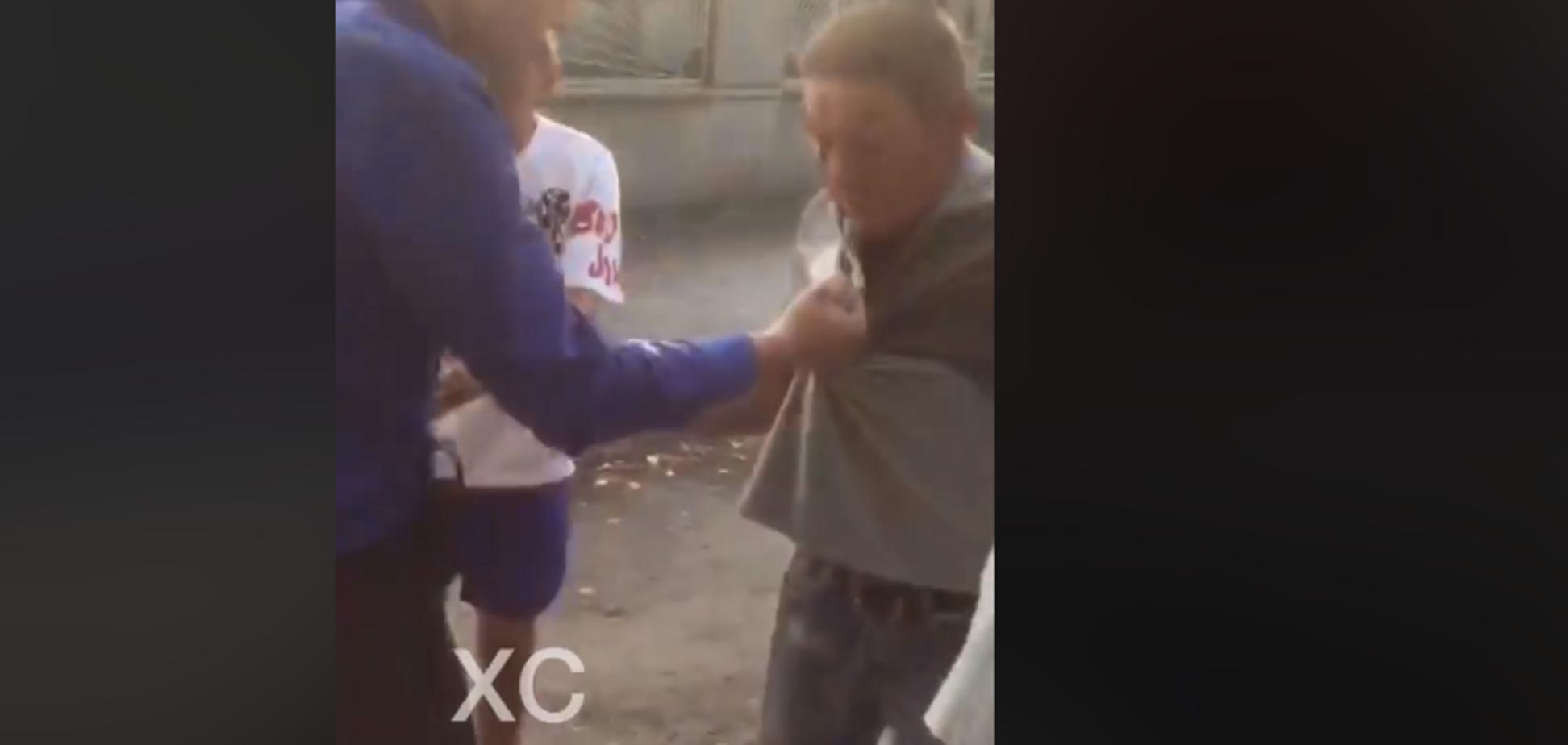 'Ударился об дерево': в Харькове засняли разборки охранника и 'вора'