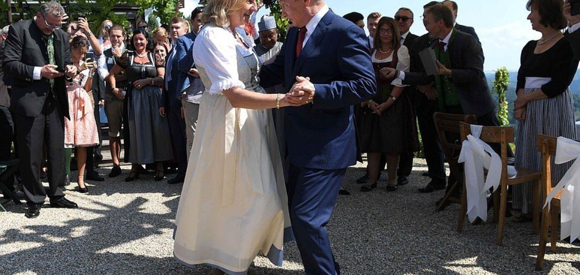 'Гитлер танцует в гробу': в сети отреагировали на казаков для 'невесты Путина'