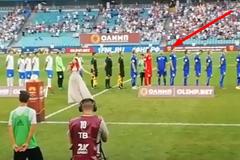 Украинский футболист отвернулся от флага России во время гимна