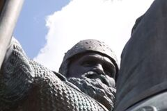З обличчям Вірастюка: пам'ятник богатирю в Києві показали на відео