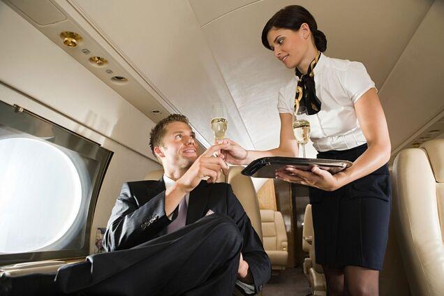 """""""Понюхай чулки!"""" Британская стюардесса попала в скандал из-за эротического видео"""