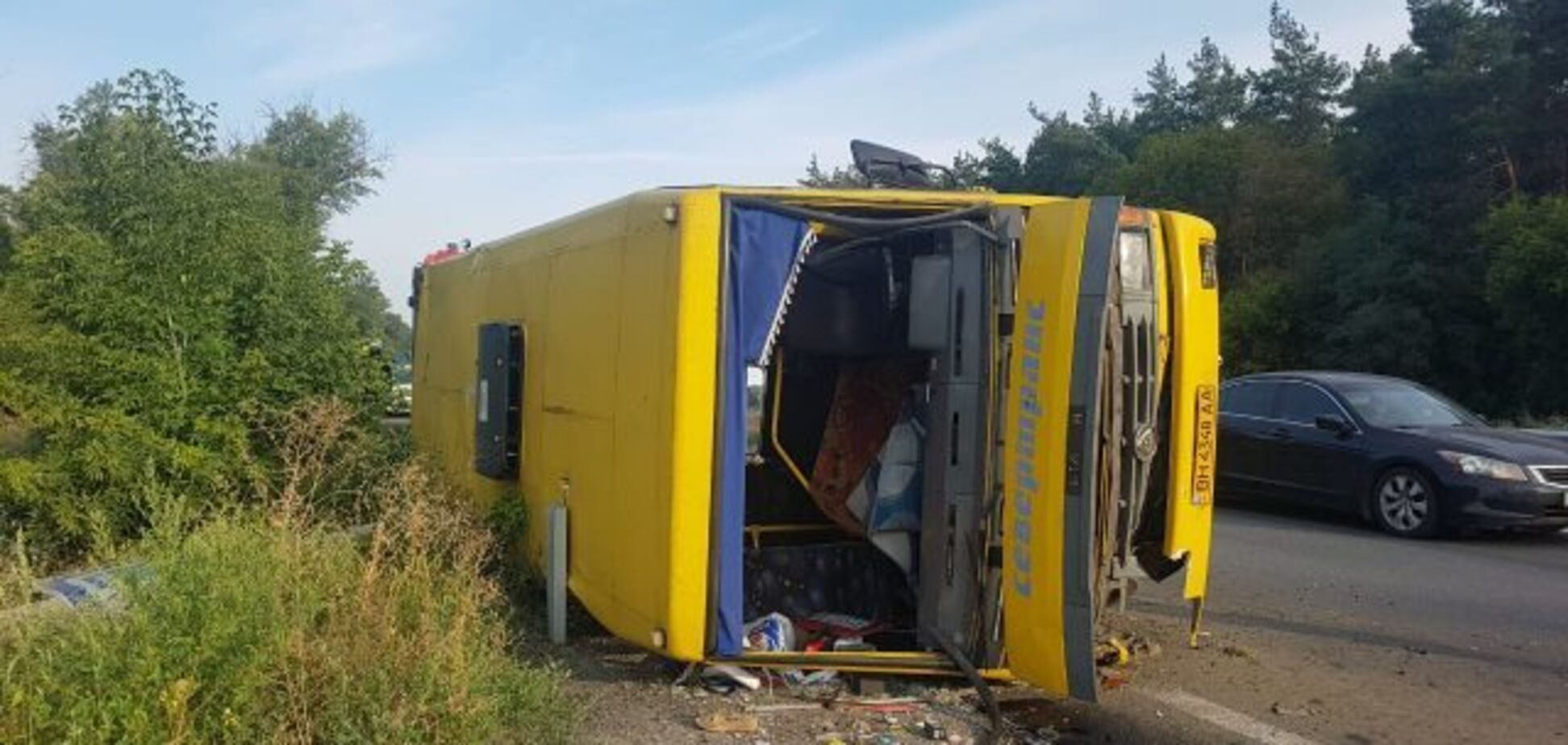 Під Дніпром розбилася маршрутка з пасажирами: фото і відео з місця ДТП