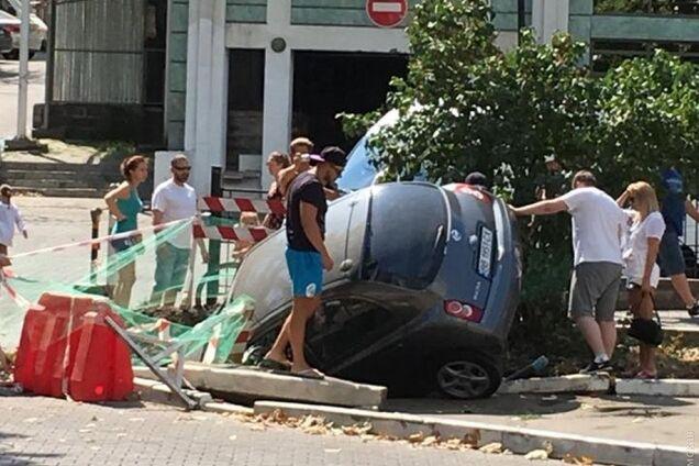 """Автомобиль """"нырнул"""" в яму"""