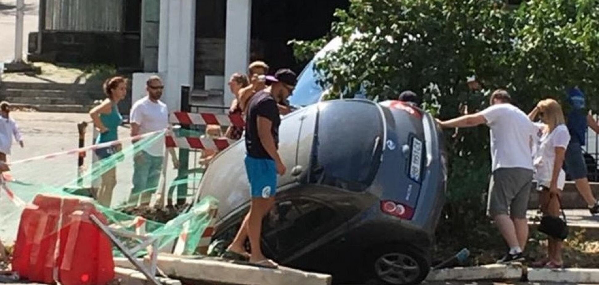 'Нырнул' в яму: в Одессе произошел трагикомический инцидент с авто