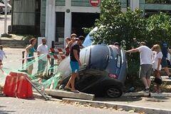 'Пірнув' в яму: в Одесі стався трагікомічний інцидент з авто
