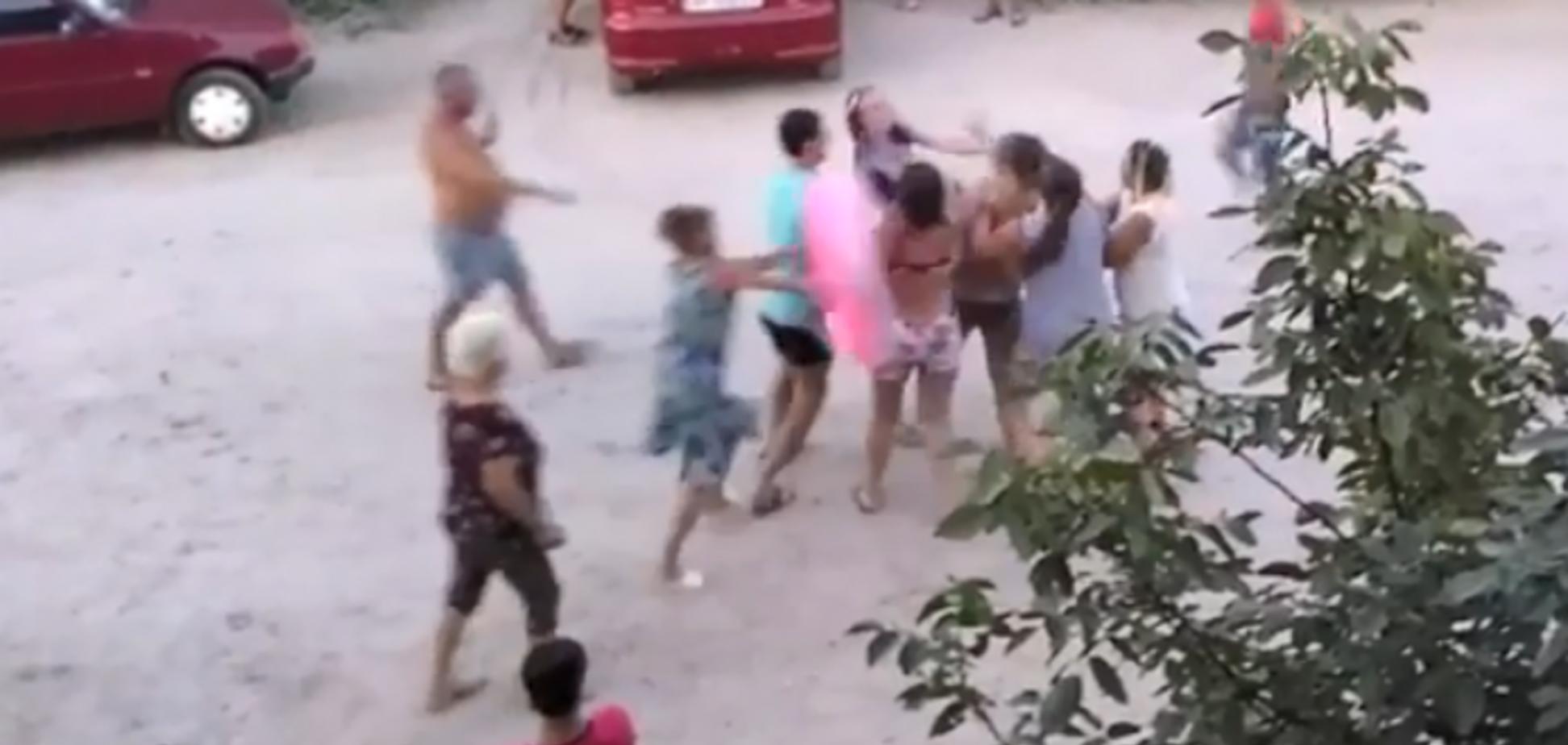 Полуголая женщина устроила дебош на украинском курорте: есть видео
