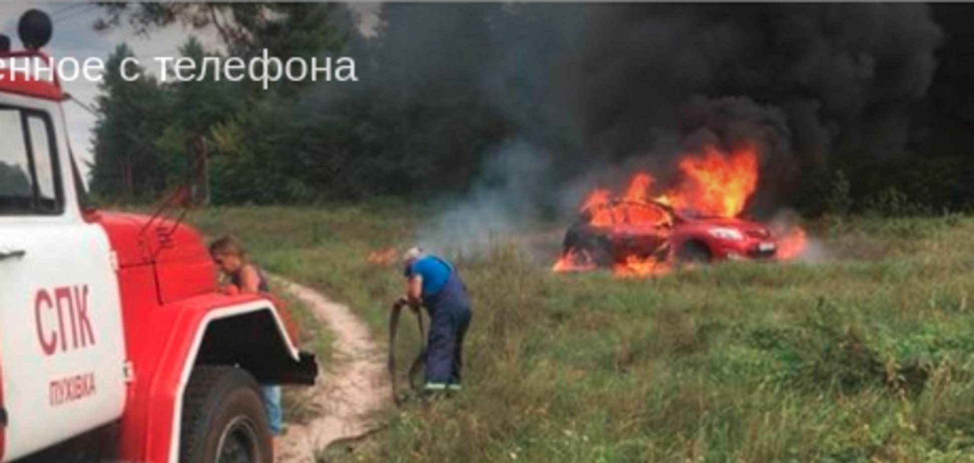 'Слабоумство і відвага': під Києвом автоледі ненавмисно застрягла в багатті і спалила дотла Toyota