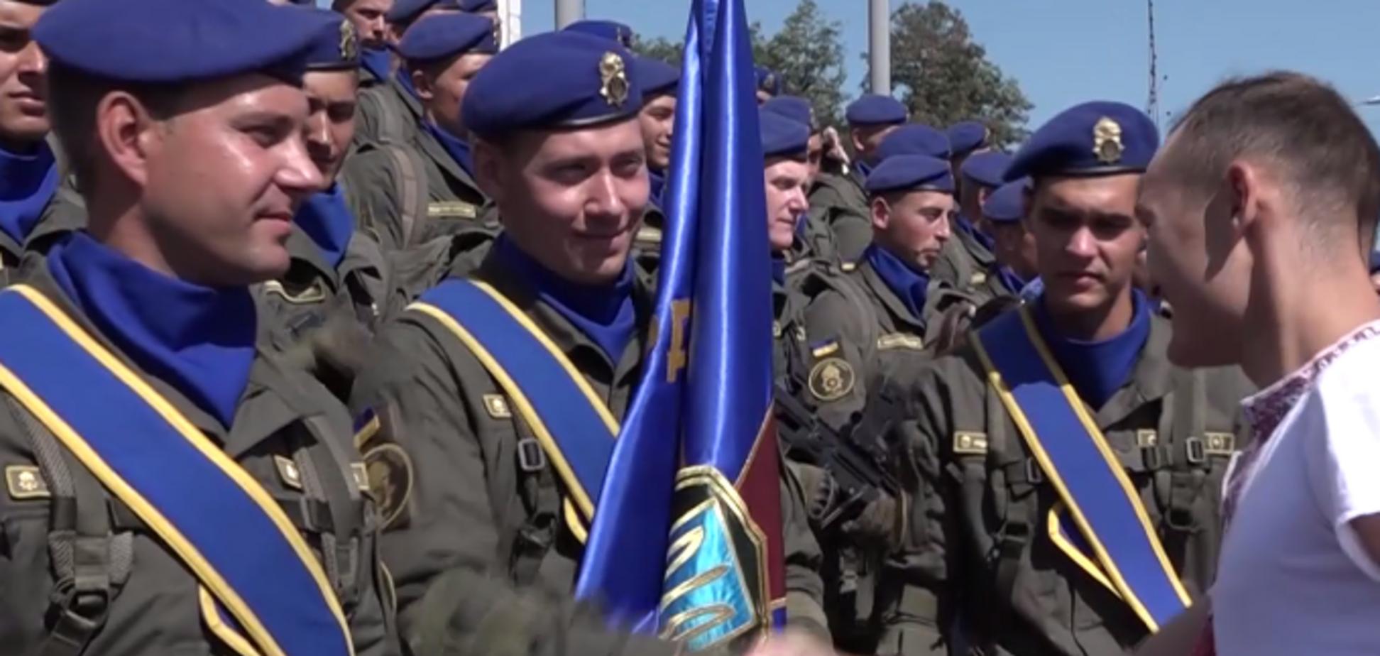Делали фото и жали руки: украинцы перед парадом пообщались с военными