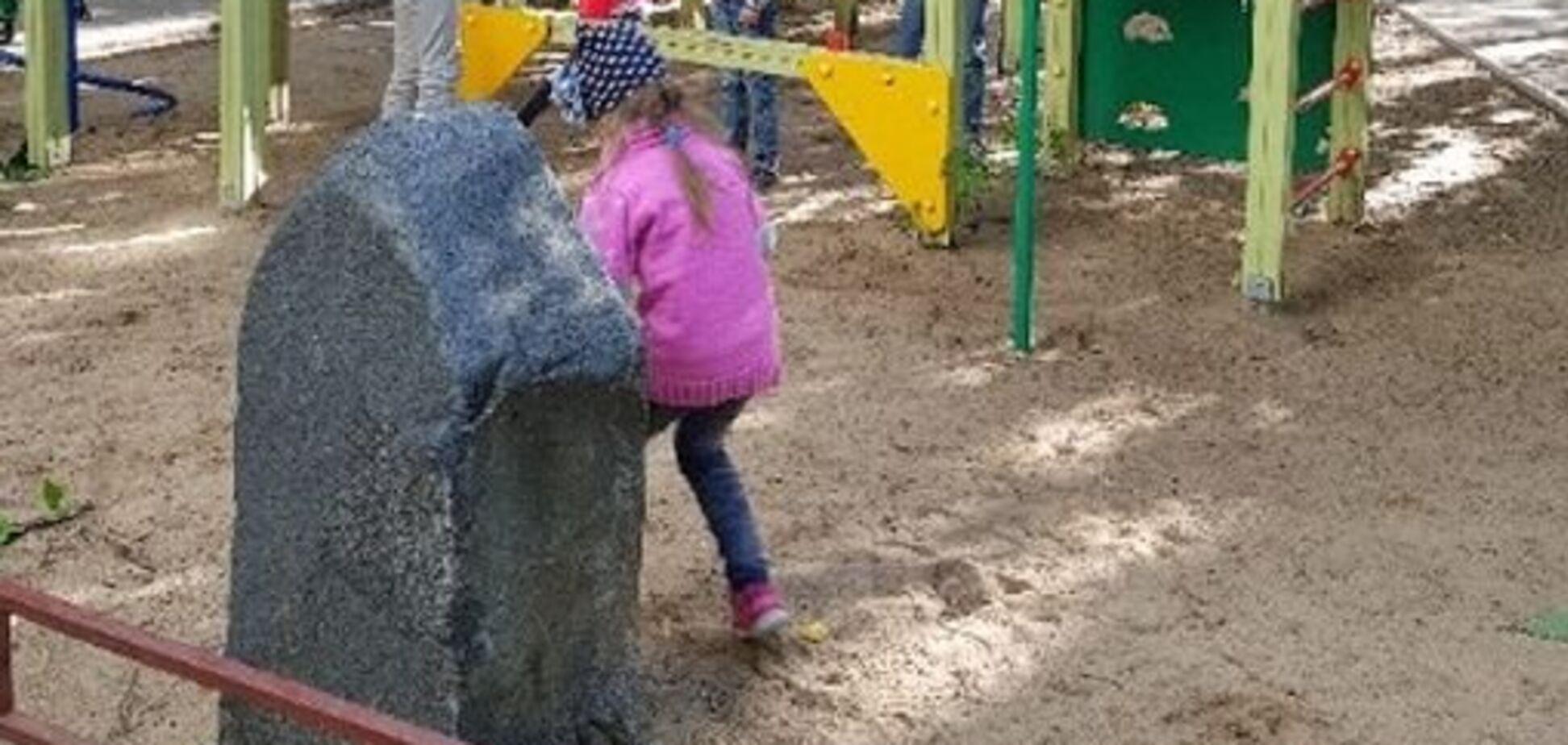 'Дно пробите': у Росії знайшли пам'ятник кримінальному авторитету на дитячому майданчику. Фотофакт