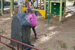 'Дно пробито': в России нашли памятник криминальному авторитету на детской площадке. Фотофакт