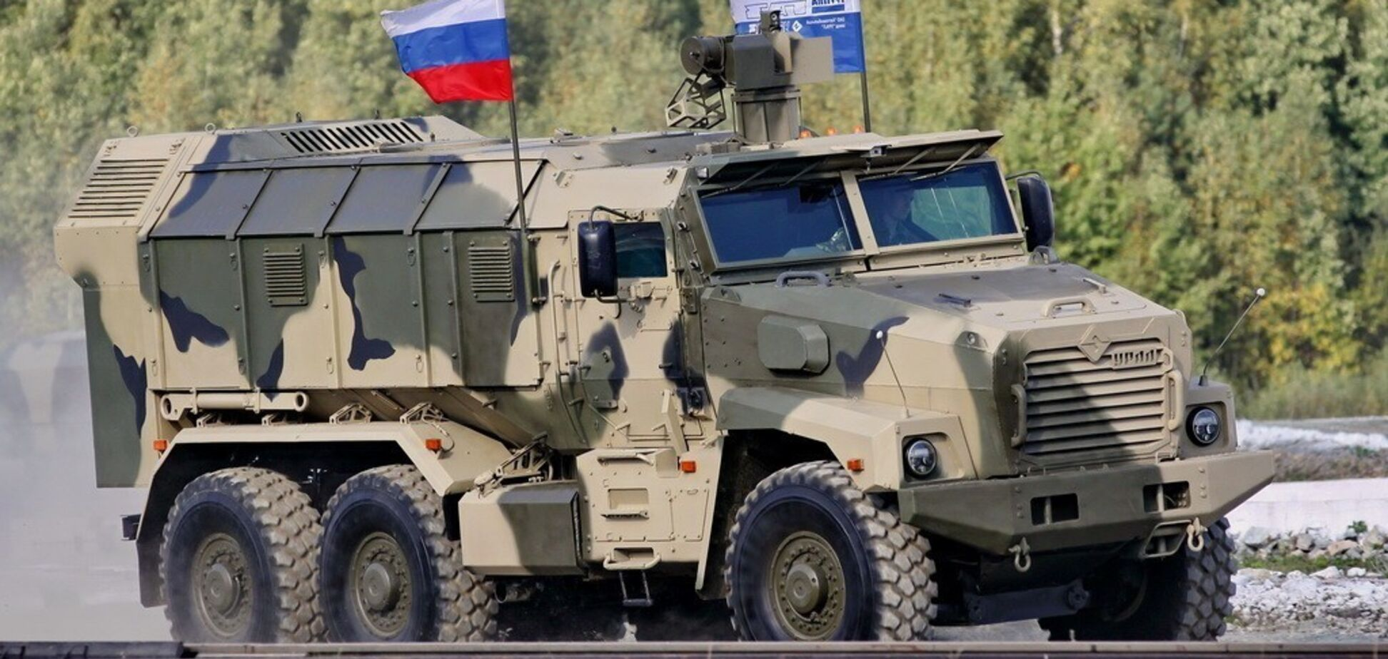 'До Берлина не доехал': в России произошло эпичное ДТП с броневиком