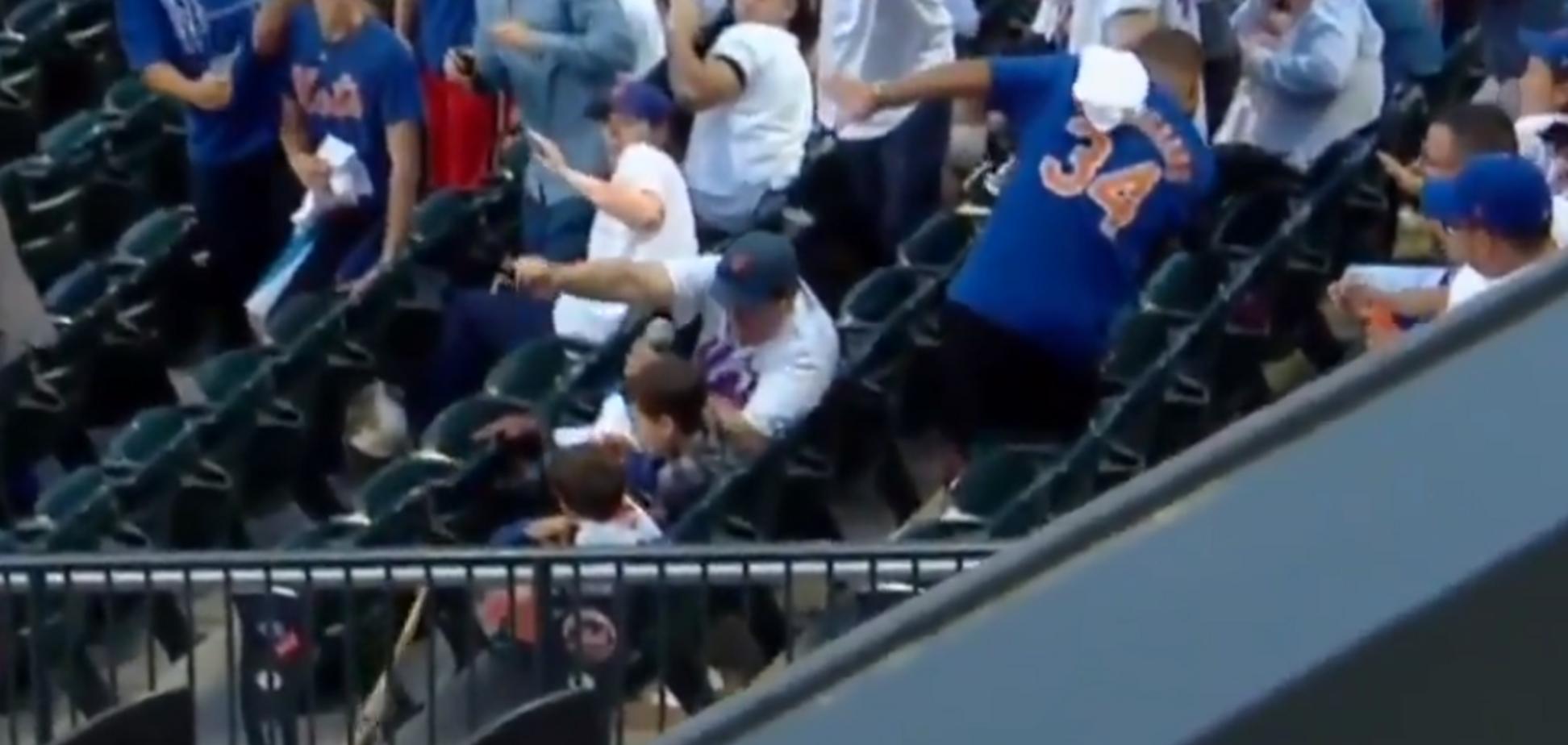 Відмінна реакція батька врятувала дитину на матчі - опубліковано відео